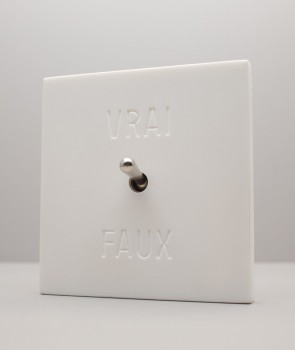 "Existentialist Switch ""Vrai ou Faux"" (""True or False"")"